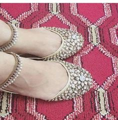 Code : Fk 0001 PRICE For khussa only 3500 RS Anklt price : 1200 Khusa anklt both in 4700 rs sizes 36 to 42 availble Bridal Sandals, Bridal Shoes, Wedding Shoes, Pakistani Jewelry, Indian Wedding Jewelry, Chicas Dpz, Afghani Clothes, Indian Shoes, Anklet Designs