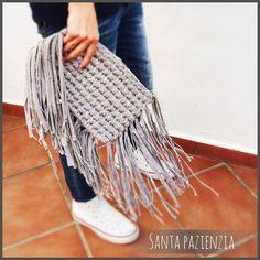 Cómo tejer un bolso de trapillo con flecos fácil - El Cómo de las Cosas Knitting Patterns, Sewing Patterns, Macrame Bag, Knitted Bags, Crochet Projects, Clutches, Blankets, Style, Wire