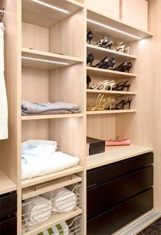 Led-nauha on upotettu hyllyn alapintaan jyrsittyyn uraan. Walk In Closet, Shoe Rack, Led, House, Organizations, Home Decor, Ideas, Decoration Home, Home