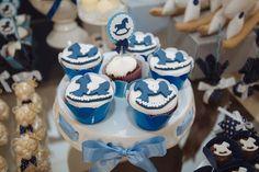 O cavalinho no balanço, tema desse chá de bebê organizado pela Scrap Encanto, apareceu na decoração em pasta americana dos cupcakes servidos na festa
