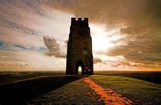 this is the Tor. atop a great hill just the other side of the Scared Chalice Well. I found tiger iron on the Tor. and it's the heartcenter of the planet. Glastonbury Tor, Glastonbury England, Glastonbury Somerset, Mists Of Avalon, England And Scotland, Pilgrimage, Places To See, Monument Valley, Beautiful Places