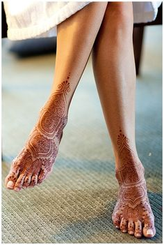 Love this elegant feet henna for bridal mehndi - looks modern but classic- use this type of design for your indian wedding or even your fusion wedding! Henna Mehndi, Mehendi, Indian Henna, Henna Art, Indian Wedding Mehndi, Moroccan Henna, Indian India, Henna Tattoo Designs, Henna Tattoos