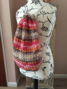 Häkle Dir Deinen neuen ++ bunten Rucksack doch einfach selber mit Deiner Lieblingswolle und passender Häkelnadel. Das wird super, leg gleich los damit.