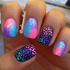 Uñas en lila, rosa y azul de estilo galaxia y negras con estampado de leopardo…