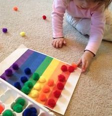 Issues de la pédagogie MONTESSORI, voici des idées de manipulations faciles à… From the MONTESSORI pedagogy, here are some ideas of manipulations easy to realize in class or at home to play with the … Montessori Toddler, Montessori Activities, Color Activities, Toddler Learning, Infant Activities, Toddler Preschool, Preschool Activities, Kids Learning, Montessori Color