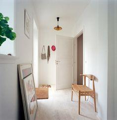 Entrée via Ma Petite Fabrique -- photo torbin petersen White Rooms, White Walls, Decoration Entree, Sweet Home, Interior Decorating, Interior Design, Living Spaces, Living Room, Home Decor Furniture