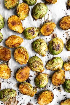 Learn how to make the Best Roasted Brussels Sprouts Oil-free with just 5 ingredients! These are full of flavor, sweet and salty! Plant Based Diet, Plant Based Recipes, Vegetable Recipes, Veggie Meals, Vegan Gluten Free, Vegan Vegetarian, Vegetarian Recipes, Vegan Food, Paleo