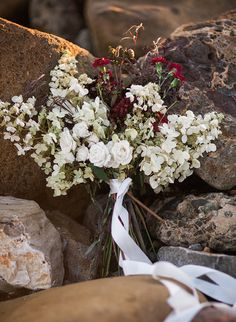 love the contrast #chiaroscuro of this fresh and easy #weddingbouquet