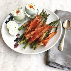 SPRING BREAKFAST of @clarence_court eggs softly boiled with the first #seasonal asparagus wrapped in @foodsunearthed Serrano ham and baked. Makes fantastic soldiers to dip into the egg.  Spring definitely feels like it's here to stay with longer days sunshine and most importantly the first of the Spring produce. Will be heading to #spaterminus tmrw @ @elenajohnspa @puntarelle_co and @natoora with @teveelkookboeken to see what else we can find! Seasonal produce has been found to have higher…