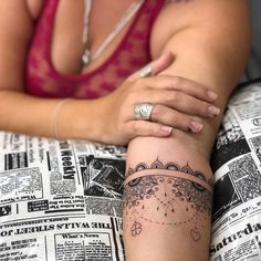 Tatuagem criada pela tatuadora Mallu Ka Tattoo de Salvador, Bahia. Tatuagem ornamental no antebraço.