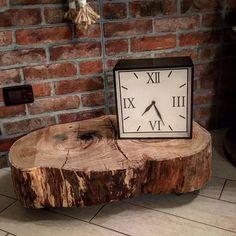 Basta una porzione di un vecchio tronco e 4 ruote per realizzare una base e arredare un angolo della casa.