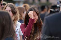 米カリフォルニア(California)州サンタバーバラ(Santa Barbara)にあるカリフォルニア大学サンタバーバラ校(University of California Santa Barbara)のキャンパスで、銃乱射事件の犠牲者をろうそくで追悼する集会に参加し、涙を流す学生(2014年5月24日撮影)。(c)AFP/ROBYN BECK ▼26May2014AFP|米警察、銃乱射容疑者と事前接触も「危険なし」と判断 http://www.afpbb.com/articles/-/3015914 #University_of_California_Santa_Barbara