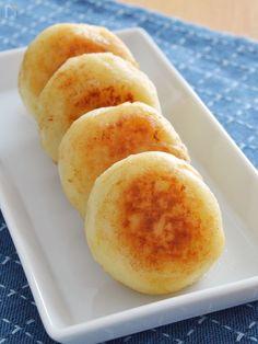 じゃがいもに片栗粉を混ぜてこんがり焼く「じゃが餅」。バター醤油で食欲をそそります!つい手が伸びてパクパク食べてしまう、食べ過ぎ注意の一品です。 じゃがいもはレンジで加熱すれば時短に♪簡単にできちゃうので、お弁当のおかずや子どものおやつ、おつまみにもどうぞ!