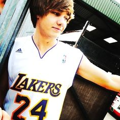 wow! he is so hot and wearing one of the best jerseys of all time!!!! HEHE LUV HIM!