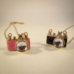 Colar Máquina Fotográfica Rosa e Preto.  #fotografia #camera #necklace #acessorios  www.lacosdefilo.com