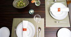 Cómo pintar, esmaltar y cocer platos lisos en el horno. Decora tus platos lisos con esmalte y luego cócelos en el horno de tu casa para lograr una apariencia personalizada. La pintura y los platos que elijas para este proyecto juegan un papel muy importante en el aspecto final, así que selecciona tus suministros con cuidado. Utiliza un diseño o patrón y un esquema de color que complemente tu casa o ...