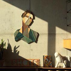 Strook hängt geometrische Holzköpfe an Hauswänden auf Der belgische Street Artist Stefaan De Croock alias Strook malt im urbanen Raum ganz ohne Spraydose und Farbeimer. Seine geometrischen Kunstwerke si...