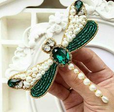 Новости Bead Embroidery Tutorial, Bead Embroidery Patterns, Bead Embroidery Jewelry, Beaded Embroidery, Handmade Beaded Jewelry, Brooches Handmade, Bead Crafts, Jewelry Crafts, Beaded Dragonfly