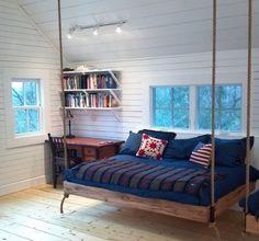 nordische note schlafzimmer blaue decke kissen rot farbe holz