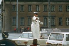 Verkehrspolizist regelt den Verkehr- Ost- Berlin Anfang 80er Jahre