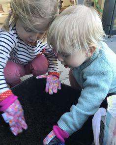 @katharinaruehrt posted to Instagram: Um gute Kräuter für meine Kosmetik selber anbauen zu können brauche ich vor allem einen guten Boden. Ich tausche die Erde in meinen Terrassentrögen nie aus, sondern belebe sie mit Wurmkompost. Das ist wirklich eine tolle Sache und man weiß auch gleich wohin mit den Küchenabfällen. Wie es genau funktioniert erzähle ich auf dem Blog. Link in der Bio. #wurmkompost #balkonliebe #balkongarten #balkoninspiration #balkongemüse #gemüsegarten #katharinaruehrt…
