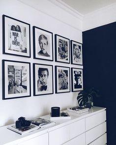 Fotografía de Cómoda de ikea blanca por Maribel Martínez #1364425. La cómoda Malm es muy así. Algunos las meten dentro del armario, y otros en cambio celebran que por fin salió. Sí es cierto que esta versión en blanco alto brillo es tremendamente llamativa. El complemento perfecto a esa colección de marcos con fotos en blanco y negro, o la pared azul petróleo del fondo. Apostamos algo a que también los marcos son de Ikea. Cada una de estas cajoneras salen por unos 60€. ¿Compensa, no?