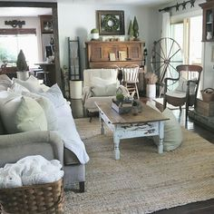 Country farmhouse interior designs: farmhouse - living room at home on swee Apartment Decoration, Decoration Bedroom, Decoration Design, Apartment Ideas, Wall Decor, Country Farmhouse Decor, Farmhouse Interior, Modern Country, Farmhouse Style
