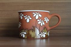 Coffee cup with daisies
