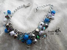 Schneestolz Armband von Bastel-DW-Fee auf DaWanda.com Dieses Armband wurde in liebevoller Handarbeit hergestellt.  Verwendete Materialien :  -Gliederkette -Karabiner -Glas Perlen -Acryl Perlen -Glöckchen -Nietstifte -Perlenkappen -Strass Perlen