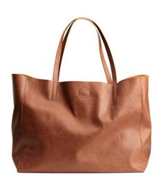 Shopper in soft, grained imitation leather with two handles and magnetic closure at top. Inner compartment with zip. Size 7 1/2 x 11 3/4 x 15 1/2 in.