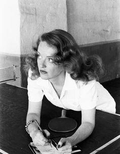Bette Davis, mujer de mucho caracter incluso hasta cuando juega ping pong.