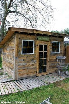 Shed made from pallets and tin cans Pallet Shed, Pallets Garden, Wood Pallet Signs, Wood Pallets, 10x12 Shed Plans, Wood Shed Plans, Diy Storage Shed Plans, Diy Shed, 10x20 Shed