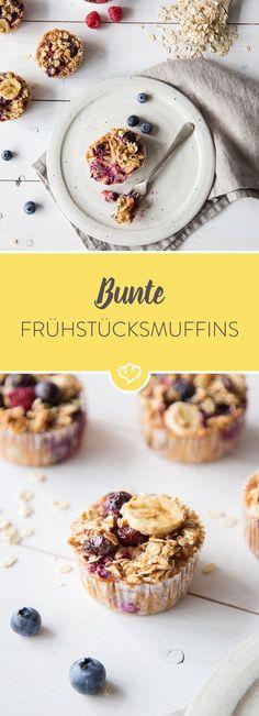 Diese bunten Frühstücksmuffins sind mit Haferflocken zubereitet und mit frischen Blaubeeren, Himbeeren, Cranberries und Bananenscheiben gefüllt.