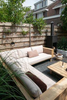 46 DIY Concrete Ideas For A Chic Minimal Design - Usefull Information afbeeldingOn the lower level of this modern backyard, Backyard Seating, Backyard Patio Designs, Garden Seating, Terrace Garden, Backyard Landscaping, Deck Patio, Patio Table, Garden Makeover, Patio Makeover