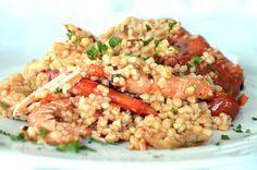 Una ricetta al sapore di mare. La fregula viene accompagnata da un sughetto di pomodori accompagnato da scampi e gamberi
