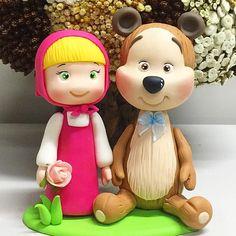 Topo de bolo fofura no tema Masha e o Urso! #biscuit #porcelanafria #marshaeourso #desenho ... Masha Cake, Masha And The Bear, Bear Party, Pasta Flexible, Polymers, Gisele, Felt Crafts, Cake Toppers, Fondant