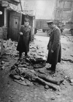 Тела погибших командира роты и бойца фольксштурма на улице Берлина [2]Снимок советских офицеров рядом с телами погибших командира роты и бойца фольксштурма.