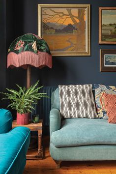 A beautiful corner of a Victorian home in London. Home belongs to Carol Maxwell, photography by Jemma Watts. Victorian Living Room, Victorian Homes, Modern Victorian Bedroom, Victorian Townhouse, Modern Bedroom Design, Modern Room, Victorian Terrace Interior, Home And Living, Room Decor