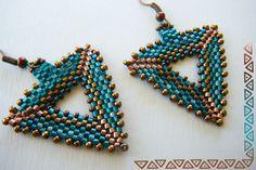 Boucles d'oreilles tissées en délicas , forme triangle, émeraude, cuivre, ors  - boucle d oreille percée - ISAVOIT - Fait Maison