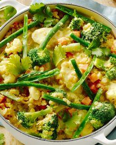 Dit vegetarisch stoofpotje met een heleboel groenten en lekker vullende linzen smaakt Indisch dankzij de heerlijke geurige kruidenmengeling.