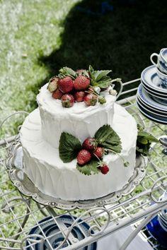 50s inspired white wedding cake w/ buttercream icing & fresh picked strawberries (@Isa Flower Studio + Event Design, @Catherine Benoit-Spargo Lifestylist)