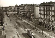 """Blick von der Bernauer Straße über die """"Mauer"""" in die Eberswalder Straße Mitte der 60er Jahre."""