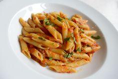 Penne makarnanın hafif sarımsak ve acılı domates soslu halini çok seveceksiniz.