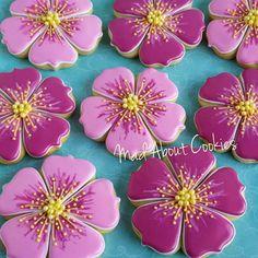 Pretty Flowers  ▪ #flowers #edibleart #sugarcraft #sopretty #sugarcookies #sugarart #customcookies #decoratedcookies #cookies #biscoitosdecorados #confeitaria #picoftheday #instacookies #toronto #marthabakes #artshub #instasweet #torontofood #mycupcakeaddiction #torontocookies #yum #customcookies #nomnom #cookie #madebyme #handmade #artwork #bomdia #madaboutcookies