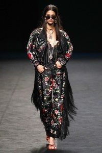 María Escoté Madrid Frühjahr/Sommer 2020 - Fashion Shows Vogue Paris, Vogue India, Madrid, Knit Fashion, Fashion Show, Fashion Design, Mannequins, Style Me, Kimono Top