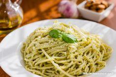 Espagueti al pesto de albahaca y almendra. Receta | cocinamuyfacil.com