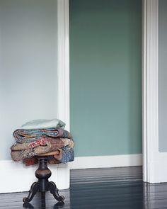 Voor een hedendaagse hal is een combinatie van grijzen een optie. Kleurgebruik in deze hal: Antraciet, Leisteengrijs, Beton, Lichtgrijs en Wit. De kleuren uit het Flexa Strak op de muur palet zijn kleurvast en blijven dus lang mooi.