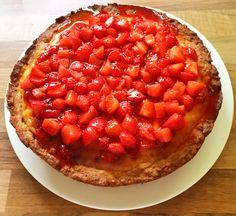 Cheesecake alle fragole: sbattere 2 uova e 100g zucchero, unire scorza di 1/2 limone, 150g burro morbido, 300g farina, impastare e coprire il fondo della tortiera. Ricoprire col ripieno: 2 uova e 80g zucchero, 1 bustina zucchero vanigliato, scorza di 1/2 limone, 250g ricotta, 250g mascarpone. Cuocere 40 minuti a 180*. Quando è fredda, spalmare di marmellata di fragole e fragole macerate con lo zucchero.