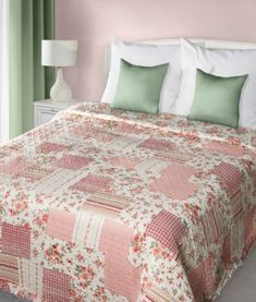 kremovo-ruzove-prehozy-a-postel-patchwork-s-ruzickovym-vzorom (1) Comforters, Blanket, Bed, Home, Scrappy Quilts, Creature Comforts, Quilts, Stream Bed, Ad Home