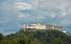 Mit einem atemberaubenden Blick auf die Festung Hohensalzburg und idyllisches Grün verwöhnt Sie diese lichtdurchflutete 4-Zimmer-Wohnung in top Ruhelage in Salzburg-Morzg. Salzburg, Clouds, Outdoor, Old Town, Real Estates, Outdoors, Outdoor Life, Garden
